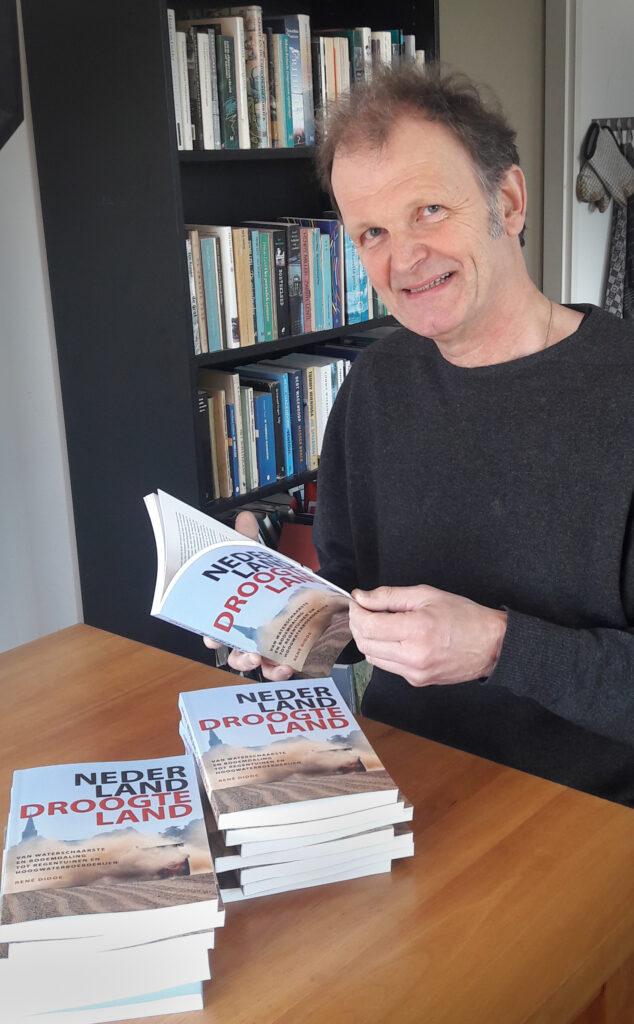 De auteur met de eerste exemplaren van Nederland Droogteland